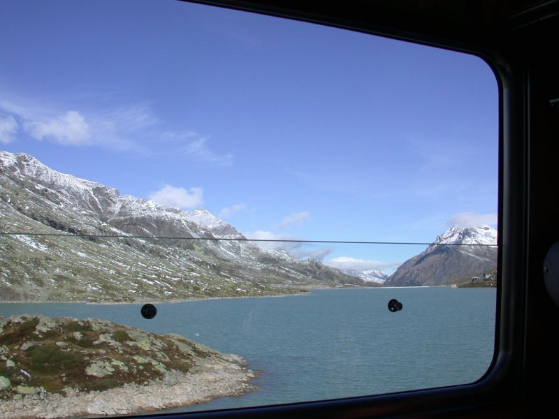 Wie im Film gleitet der Lago Bianco auf dem Berninapass