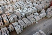Das Aluminium bleibt im Lager. (Bild: Aly Song / Reuters)
