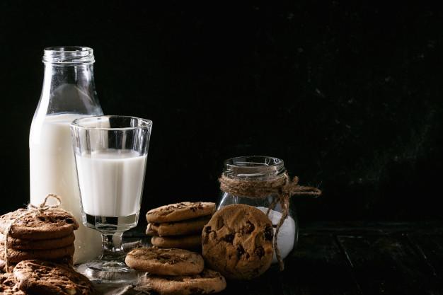 hausgemachte-kekse-mit-milch_74095-1425.jpg