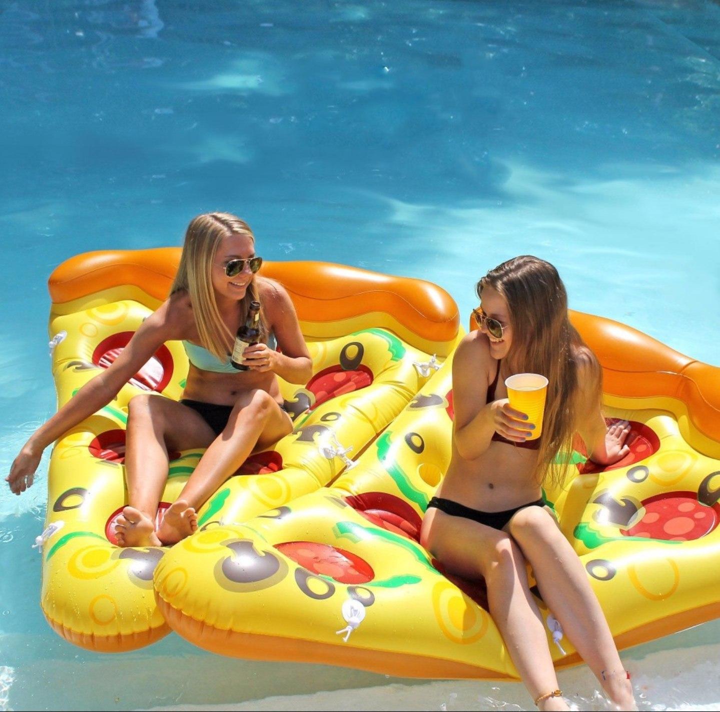 zwei_pizzaschnitten_im_pool_7050-100458_jpg.jpg