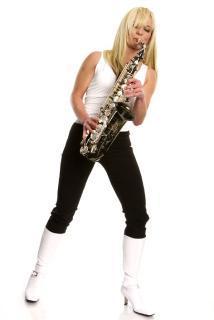 saxophonistin-groovt-fur-brehnaer-kloster-kirche.jpg