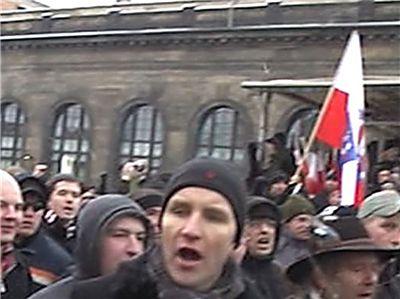 mit-hunderten-neonazis-ist-hoecke-in-dem-film-....jpg